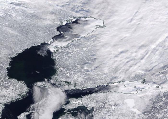 Jääpeite pohjoisella Itämerellä 15.2.2021. Suomenlahden itäinen osa ja Suomen rannikkoalueet ovat jäässä, mutta läntinen Suomenlahti lainehtii jäättömänä, samoin myös suuri osa Selkämerestä.