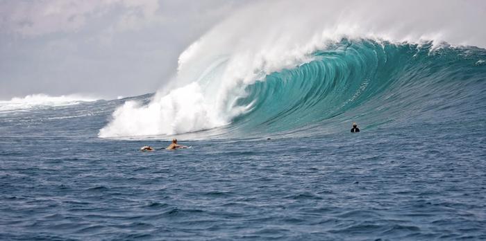 Jättiaallot houkuttelevat ihmisiä surffaamaan mm. Portugalin rannikolle.