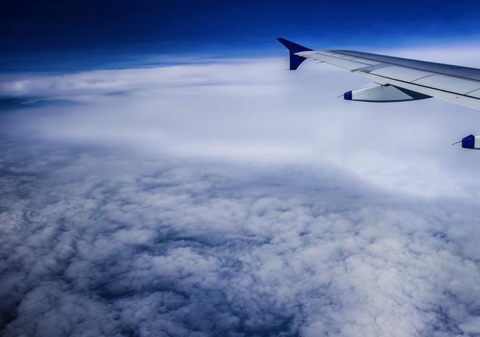 Suihkuvirtauksia esiintyy keskileveysasteilla kuta kuinkin 10 kilometrin korkeudella eli siellä, missä lentokoneet kulkevat. Ne ovat putkimaisia ja kapeita voimakkaan tuulen alueita, jotka jakavat erilaisia ilmamassoja toisistaan.