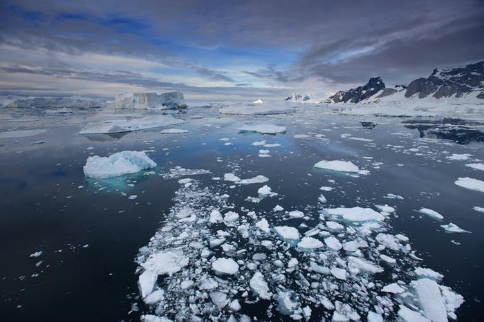 Kun Etelämerellä siirtyy tarpeeksi etelään, vastaan voi tulla jäävuoria. Merivesi on keskimäärin selvästi kylmempää kuin vastaavilla leveysasteilla esimerkiksi Pohjois-Atlantilla.