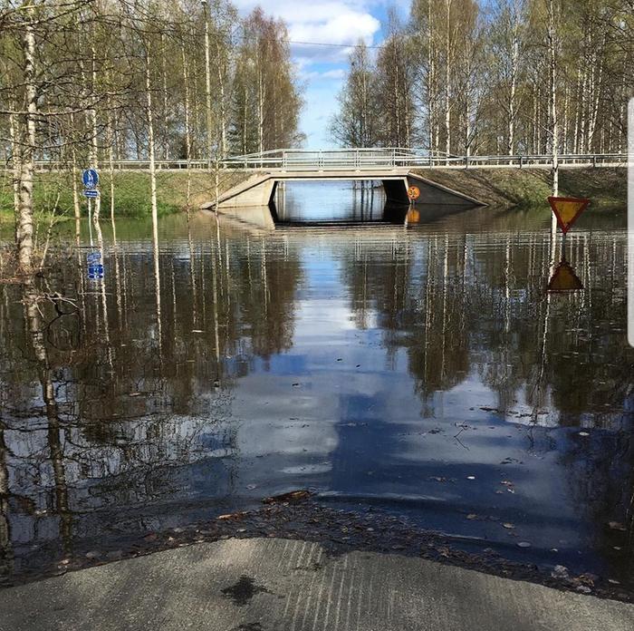 Rovaniemen halkaiseva Ounasjoki tulvii. Vesi tunkeutui jalankulkuväylille.