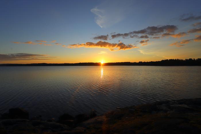 Auringonlasku järven taakse