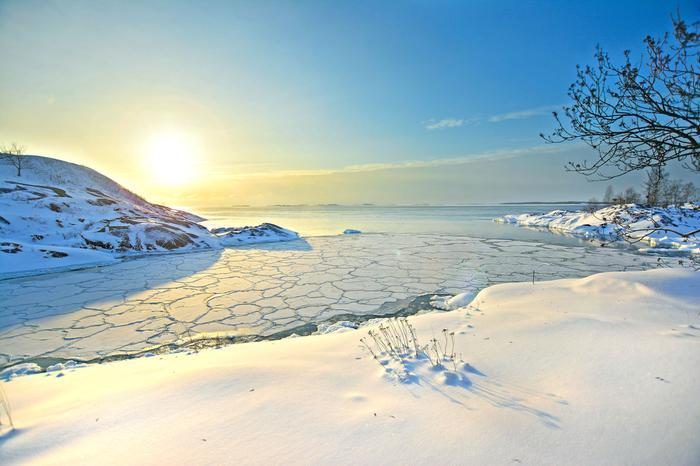Auringonpaiste Suomenlinnan yllä ja jäänmuodostus
