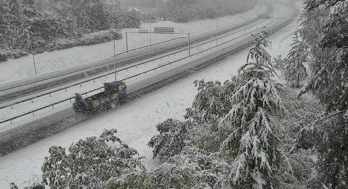 Lumisateita tiellä 4 Keminmaassa syyskuussa 2021.