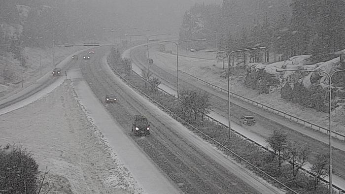 Lumisadetta tiellä numero 1 Kaarinassa 4. maaliskuuta 2020.