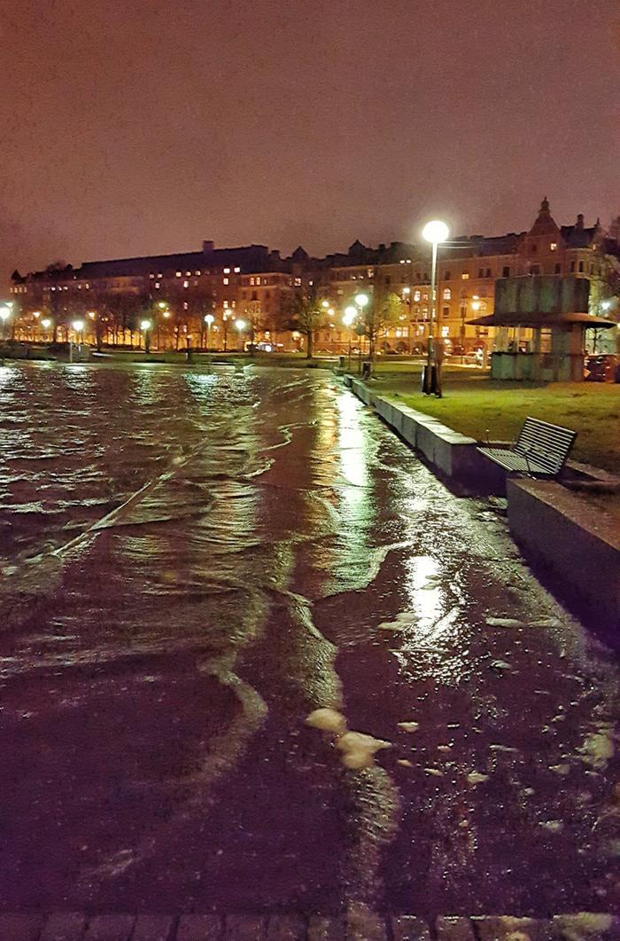 Merenpinta oli tavanomaista korkeammalla talvimyrskyn yhteydessä Helsingin Eiranrannassa