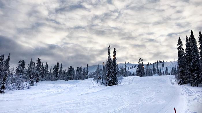 Lunta laskettelurinteillä Luostolla