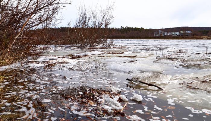 Joen vedenpinta nousi kevättulvan aikaan Karigasniemellä.