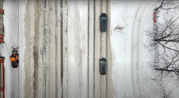 Helsingissä hiekoitetaan lauhtumisen liukastamia katuja.
