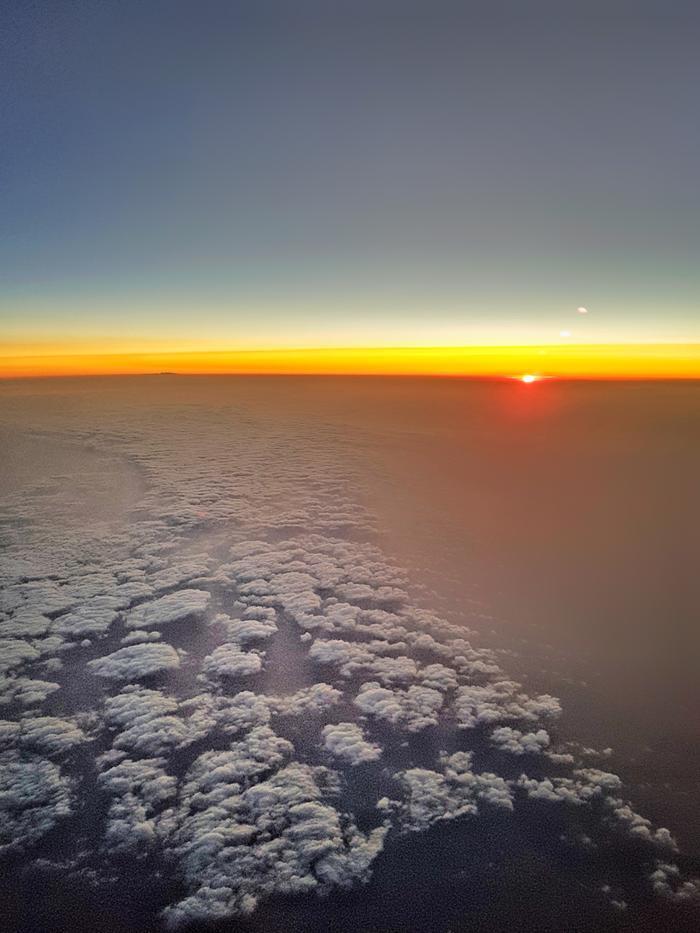 Auringonlasku pilvien yläpuolella. Viime viikkojen liikenne- ja lentorajoitukset ovat vähentäneet ilmakehän typpidioksidipitoisuuksia.