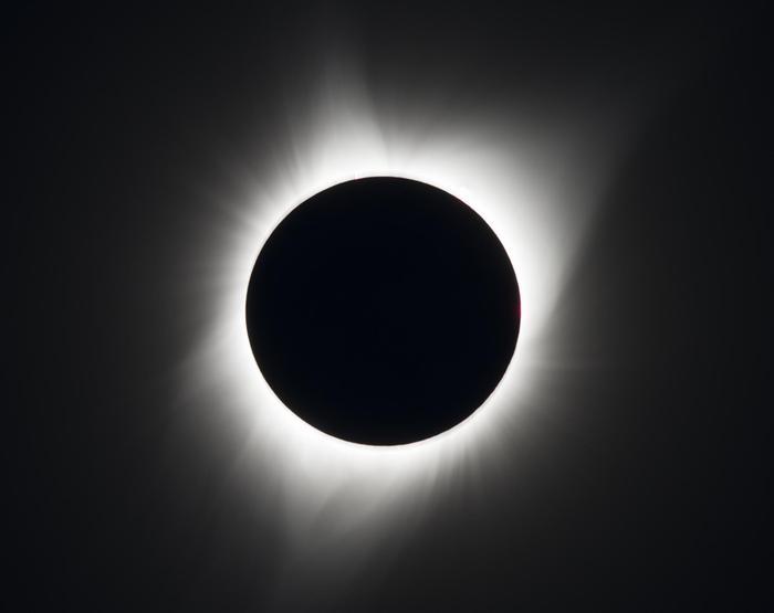 Auringosta näkyy täydellisessä auringonpimennyksessä vain korona eli kaasukehän ulompi osa.