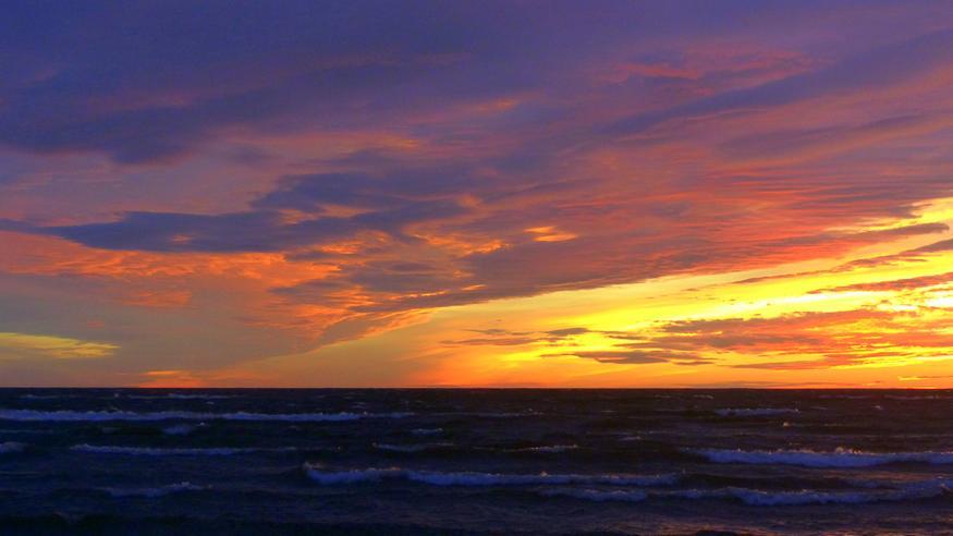 Taivas hehkui osassa Suomea punaisena ja keltaisena – tältä savuisen ilman auringonlasku näytti!