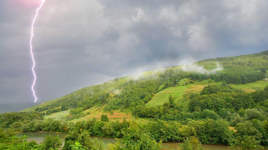 Sateen ropinaa ja voimistuvaa tuulen huminaa – ukkoskuurot mahdollisia monin paikoin