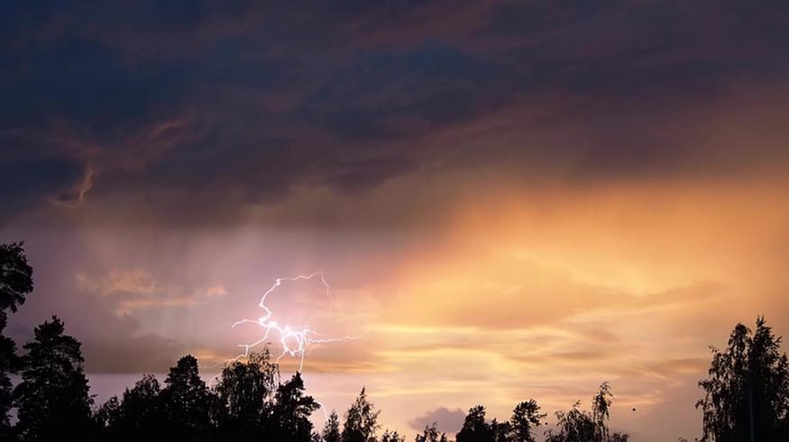 Suomeen levisi lännestä sateita ja ukkosia: Rankkasadetta Rovaniemellä, voimakkaita myrskypuuskia Oulussa