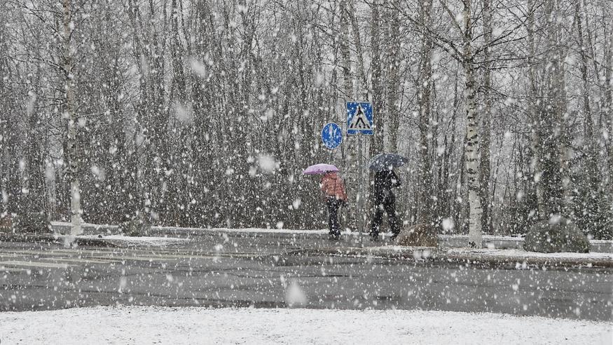 """Matalapaine parkkeeraa Suomen ylle: """"Myrskypuuskia ja ukkonenkin voi jyrähdellä"""" – näille alueille eniten lunta"""