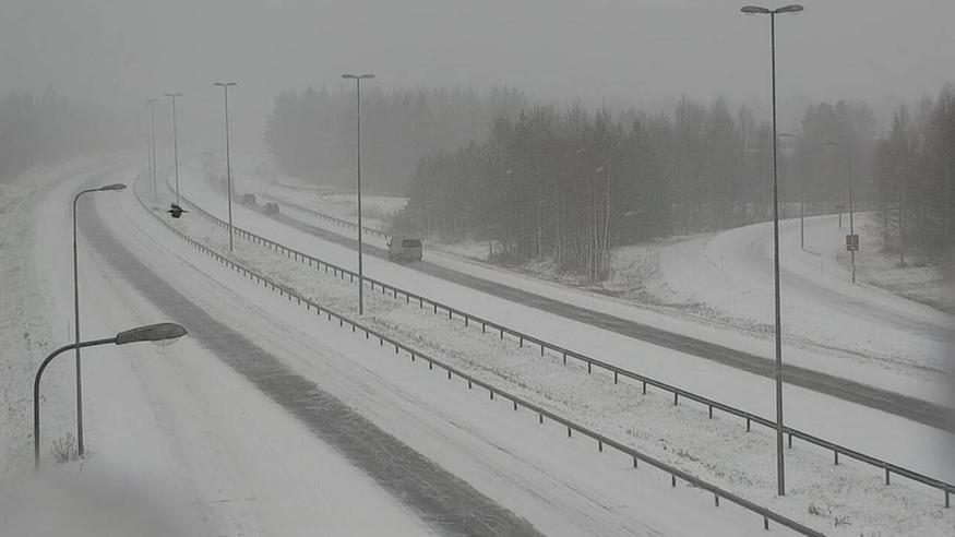 Nyt pyryttää lunta ja vihmoo vettä: Ajokeli paikoin surkea – katso kuvat ja ennuste