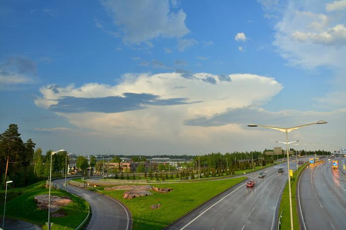 Cumulonimbus-pilvi Helsingin edustalla. Pilven yläosassa näkyy ukkospilvelle tyypillinen alasinmainen rakenne.