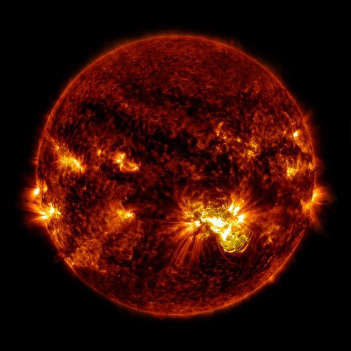 Auringon roihupurkaus liittuu auringonpilkkujen magneettisesti aktiiviseen alueeseen.