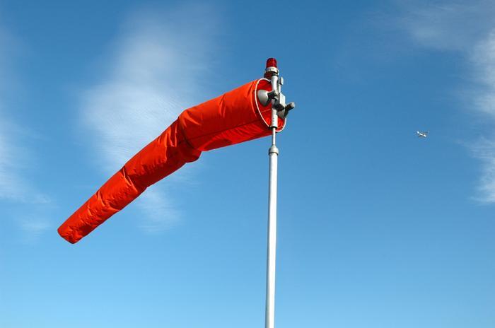Tuuliviiri osoittaa mistä suunnasta tuuli työntää uloketta pois päin.