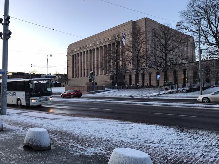 Eduskuntatalon edustalla Helsingissä oli hento kerros lunta aamulla 20. marraskuuta 2020.