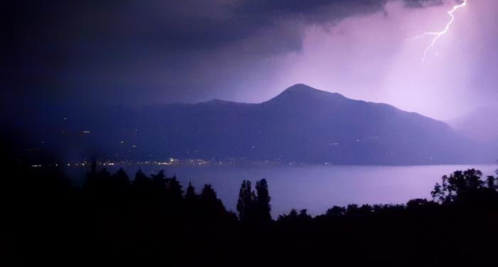 Salamanisku Garda-järven ympäristöön syntyneessä ukkosmyräkässä. Pohjois-Italia on Euroopan vilkkainta salamointialuetta.