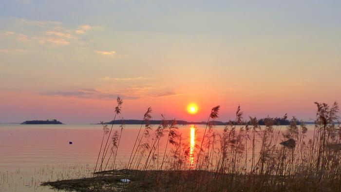 Aurinko laskuee huhtikuussa Vaasassa.