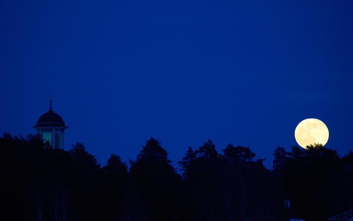 Kuu yötaivaalla.