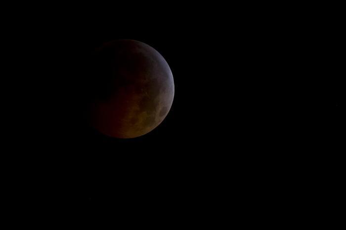 Kuunpimennyksessä kuu jää maapallon varjoon.