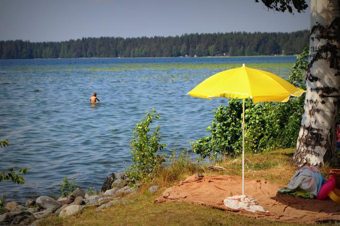 Helteinen sää nostaa veden pintalämpötilaa.
