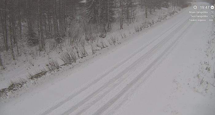 Pohjois-Karjalassa tiet ovat peittyneet lumeen jo torstai-illan aikana.