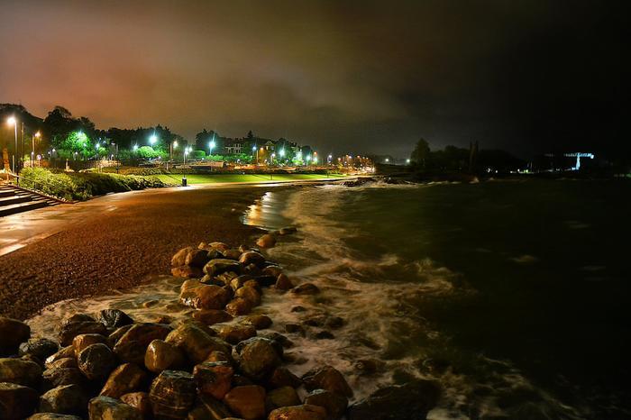 Myrsky-yö etelärannikolla ja kova merenkäynti.