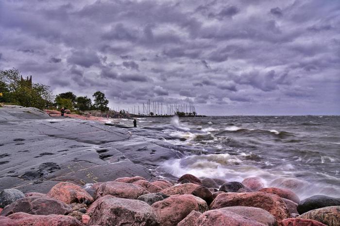 Syysmyrskyn yhteydessä myrskyaallokkoa Helsingin edustalla Eiranrannassa