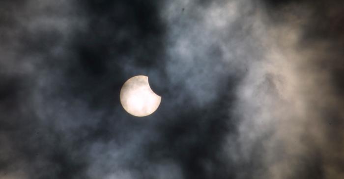 Osittainen auringonpimennys näyttää siltä, että Auringosta puuttuisi palanen.