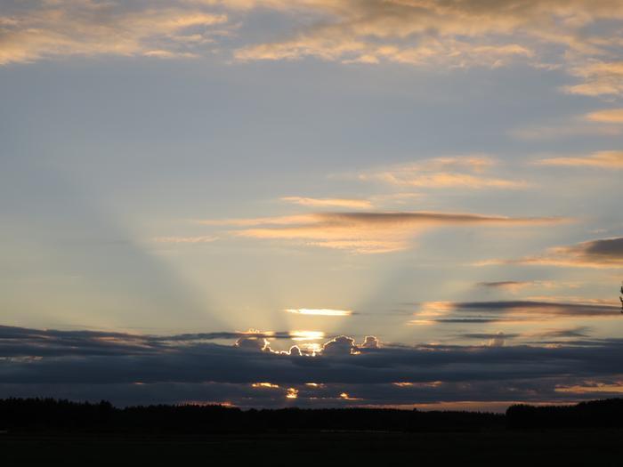 Jos sumu tai pöly samentaa hieman ilmaa, pilvien aukoista loistava auringonvalo voi näkyä pilvisäteinä.