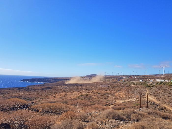 Tuuli tempaa pölyä ilmaan. Kuvassa näkyvä pölymuodostelma voi olla pölypyörteen ensimmäinen aste, jonka jälkeen pyörre kasvaa pystysuunnassa.