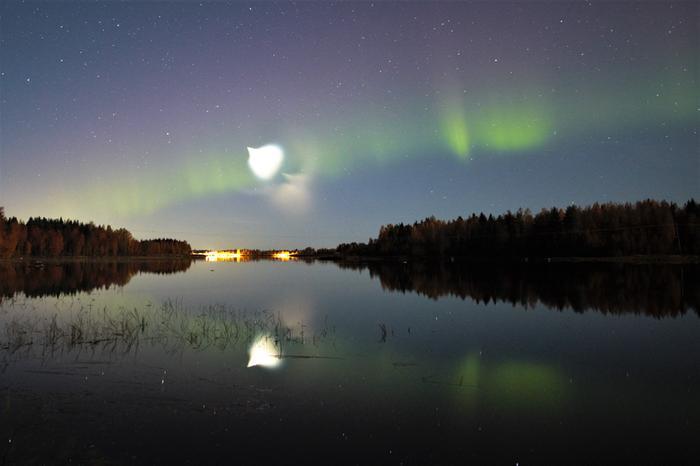 Revontulien lomassa Vaalassa näkyi Atlas V -kantoraketin aiheuttama valoilmiö puolenyön jälkeen 28. syyskuuta 2021.