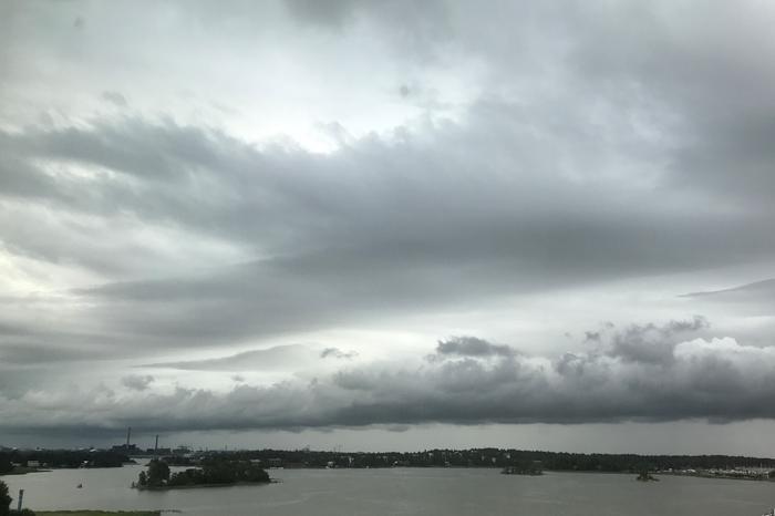 Sadepilvi lähestyy Suomenlahdelta.