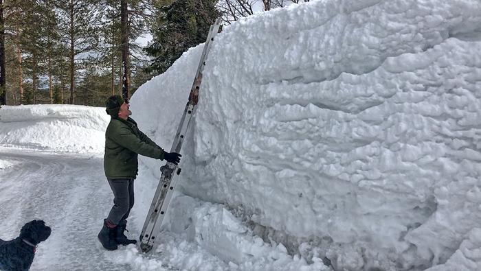 Syötekylässä korkeimmat nietokset kohoavat talven ja lumitöiden jäljiltä paikoin yli kaksimetrisiksi.