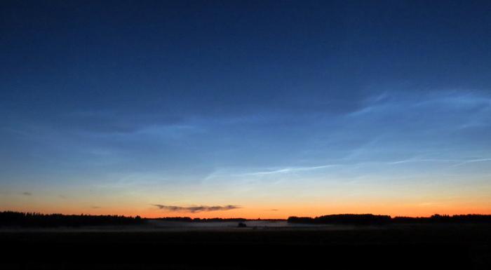 Valaisevat yöpilvet näkyvät auringon laskettua horisontin taakse.