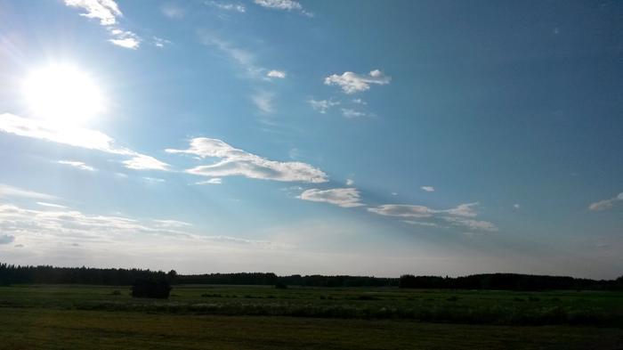 Pilvien varjot voivat näkyä joskus selvästikin pölyn samentamassa ilmassa.