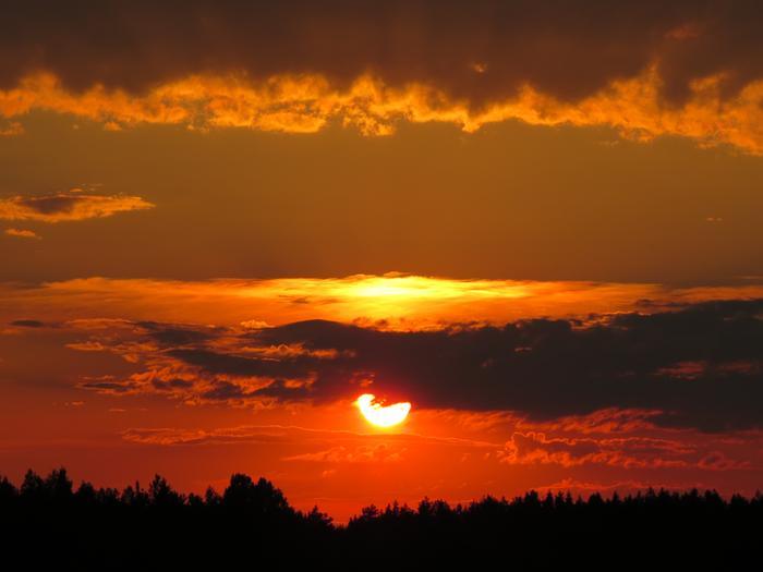 Auringonlasku näyttää punaiselta valon siroamisen vuoksi.