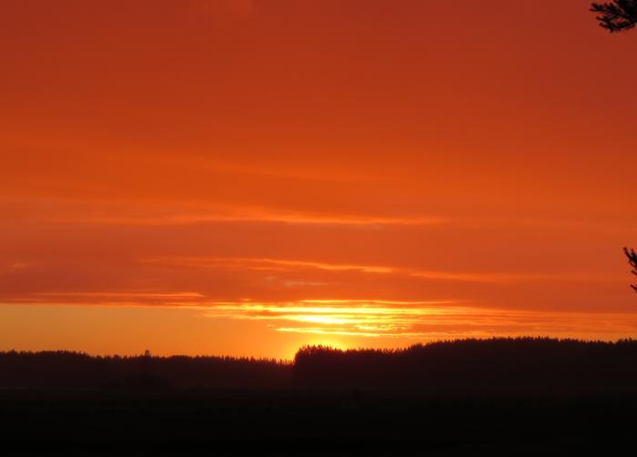 Matalalta paistavan auringon valo kulkee pitkän matkan ilmakehän läpi ja suuri osa valon sinisistä sävyistä siroaa pois.